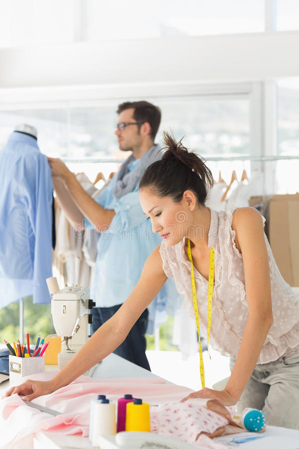 Desenhadores de moda no trabalho no estúdio brilhante imagens de stock royalty free