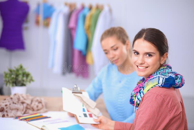 Desenhadores de moda novos modernos que trabalham no estúdio fotografia de stock royalty free