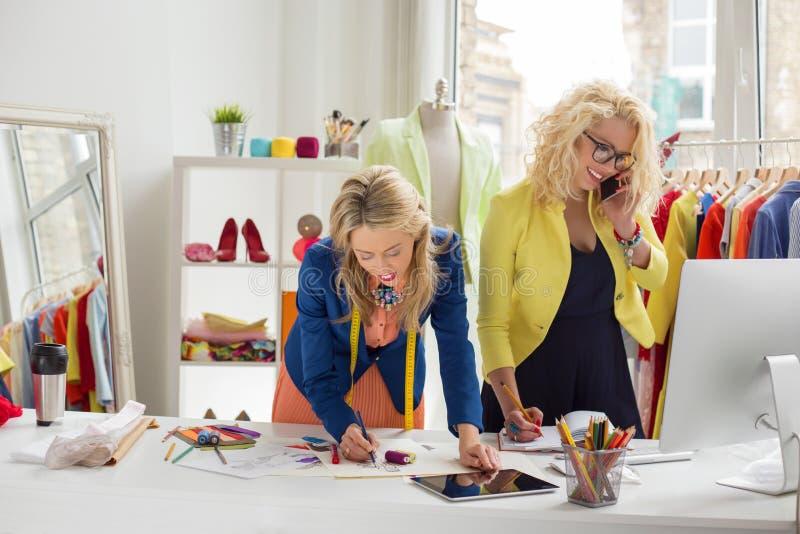Desenhadores de moda ocupados e criativos fotografia de stock