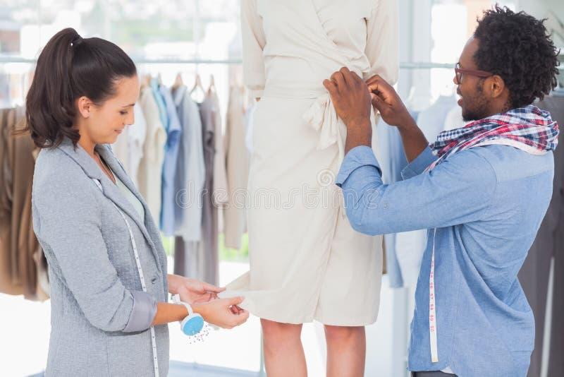 Desenhadores de moda que escolhem agulhas imagens de stock royalty free