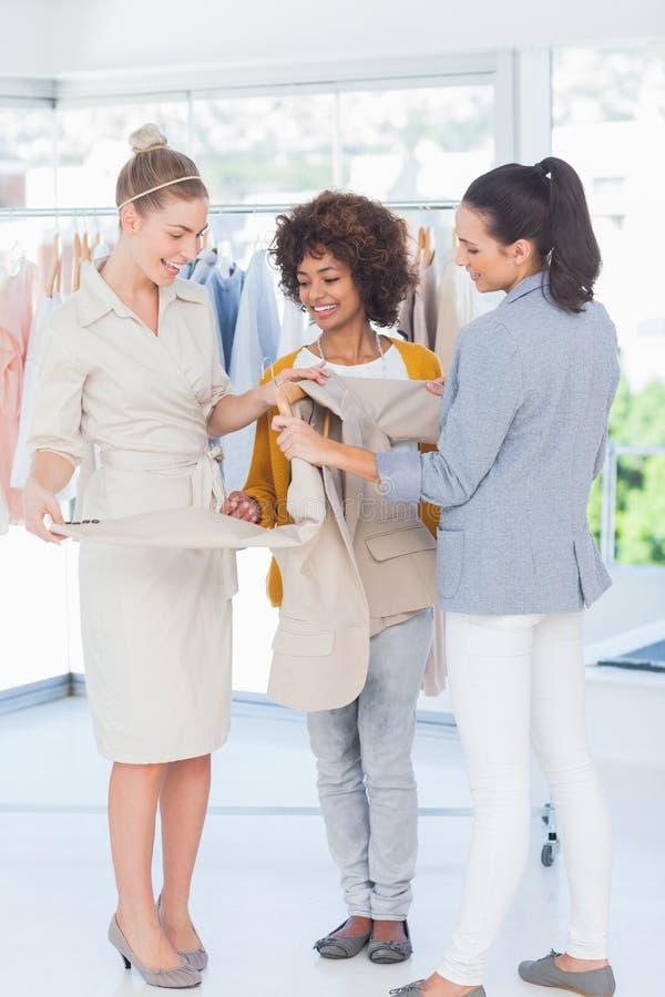 Desenhadores de moda que guardam o blazer fotografia de stock