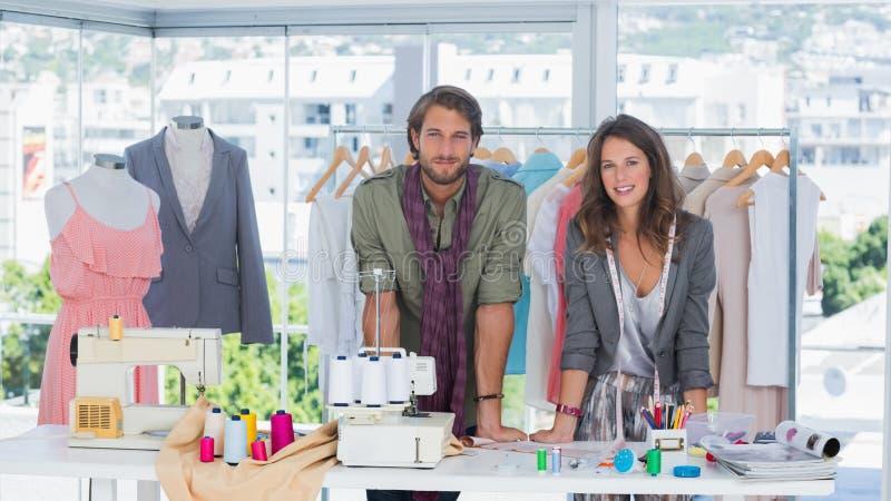 Desenhadores de moda que inclinam-se na mesa imagem de stock