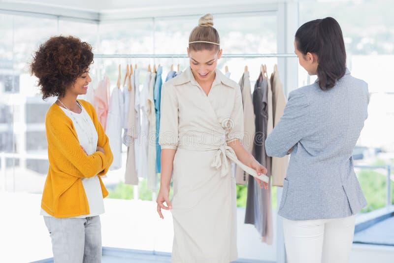 Desenhadores de moda que olham o modelo foto de stock