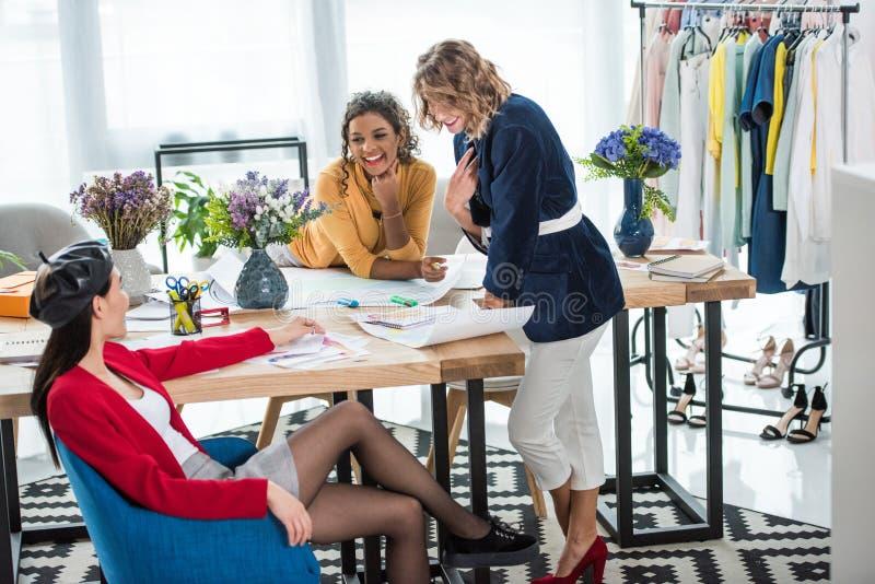 Desenhadores de moda que trabalham com esboços imagem de stock