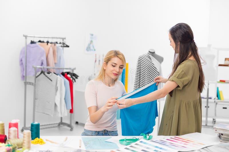 Desenhadores de moda que trabalham junto foto de stock royalty free