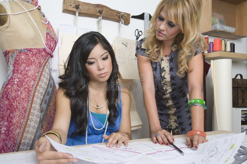 Desenhadores de moda que trabalham na mesa fotos de stock royalty free
