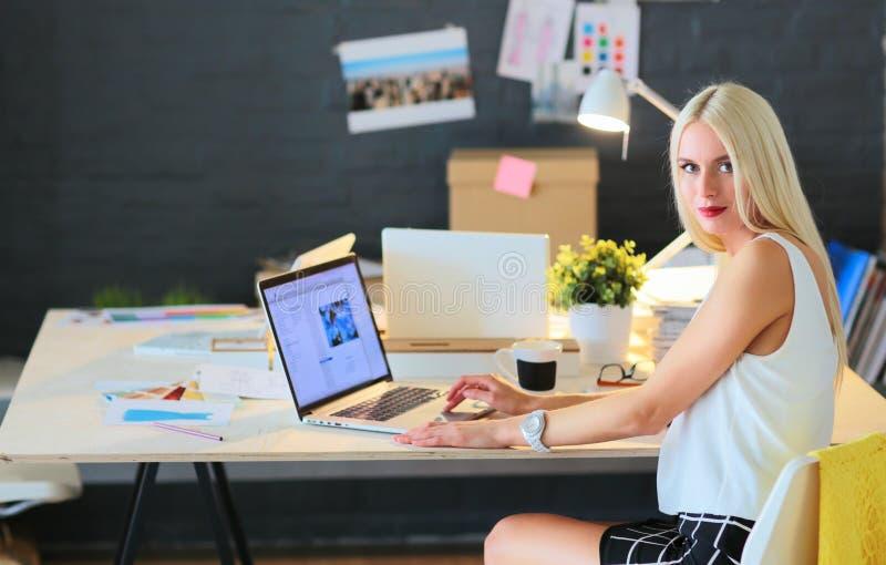 Desenhadores de moda que trabalham no estúdio que senta-se na mesa fotografia de stock