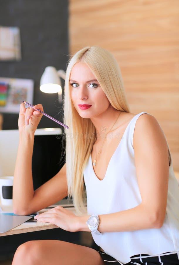 Desenhadores de moda que trabalham no estúdio que senta-se na mesa fotos de stock royalty free