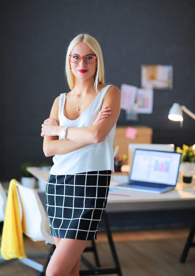 Desenhadores de moda que trabalham no estúdio que senta-se na mesa imagem de stock royalty free