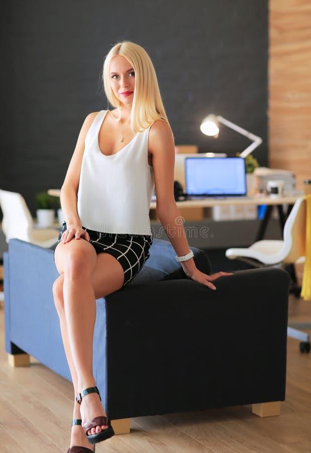 Desenhadores de moda que trabalham no estúdio que senta-se na mesa fotos de stock