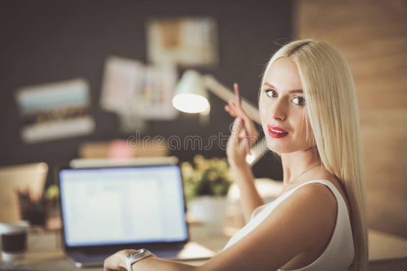 Desenhadores de moda que trabalham no estúdio que senta-se na mesa imagens de stock