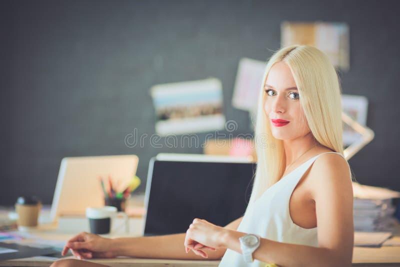 Desenhadores de moda que trabalham no estúdio que senta-se na mesa foto de stock royalty free