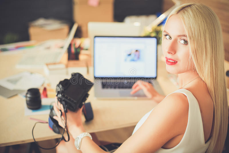 Desenhadores de moda que trabalham no estúdio que senta-se na mesa imagens de stock royalty free