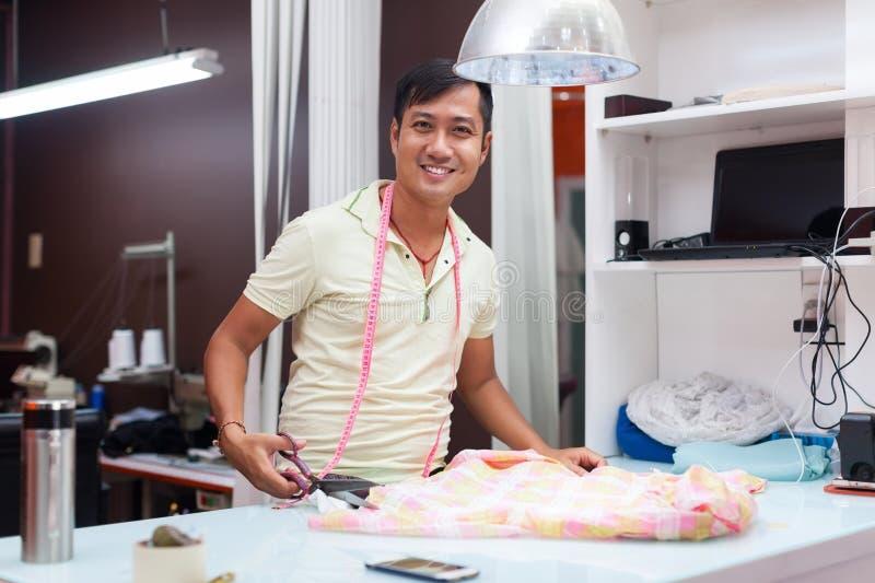 Desenhista asiático do vestido da roupa da forma do alfaiate do homem imagens de stock