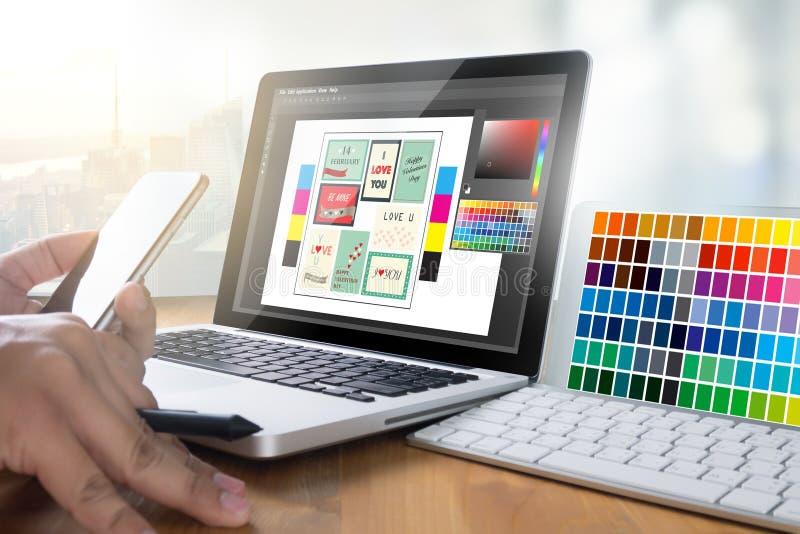 Desenhista criativo Graphic no trabalho Amostras da amostra de folha da cor, Illustr foto de stock royalty free