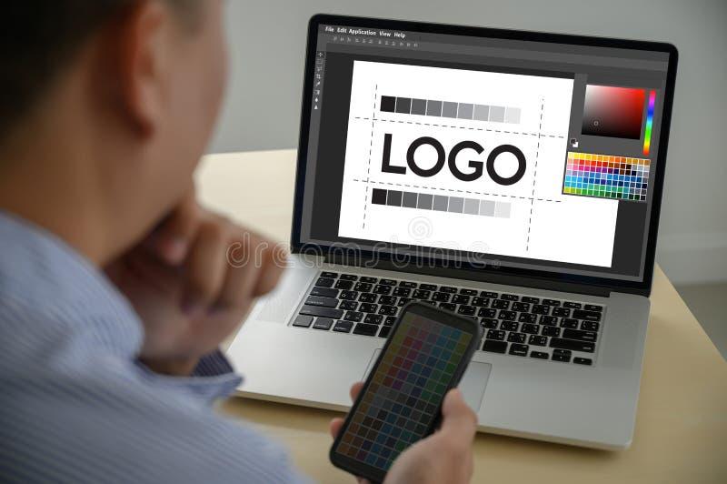 Desenhista criativo Graphic no trabalho , Designer gráfico do ilustrador que trabalha a tabuleta e amostras digitais da amostra d fotografia de stock royalty free