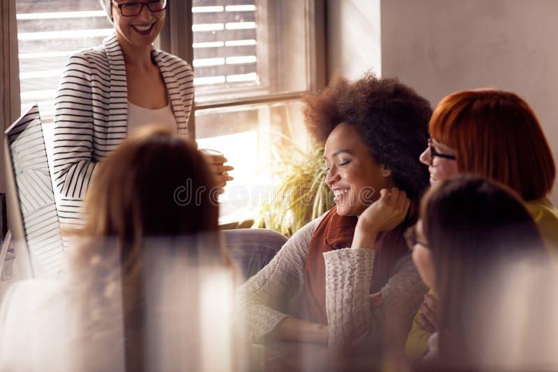 Desenhista criativo novo das mulheres que tem uma reunião foto de stock