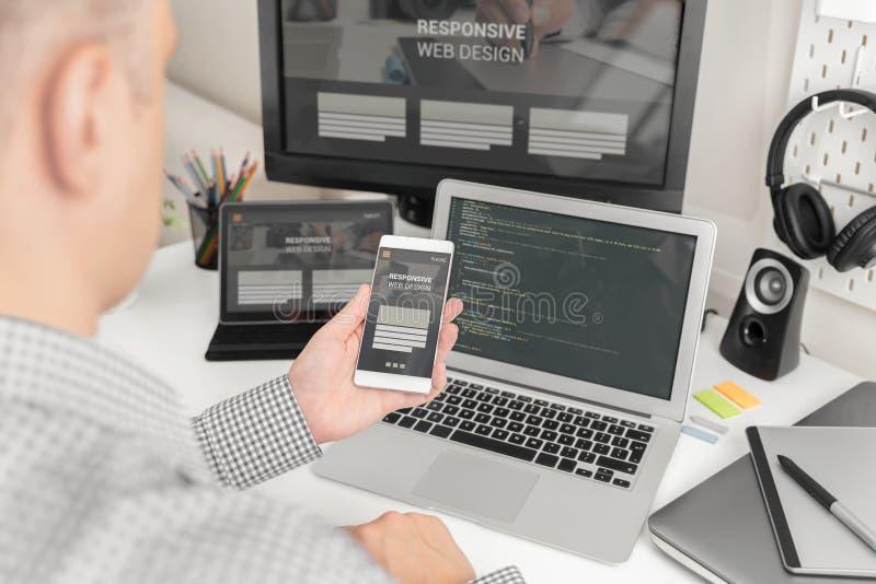 Desenhista da Web, programador que trabalha com molde imagem de stock