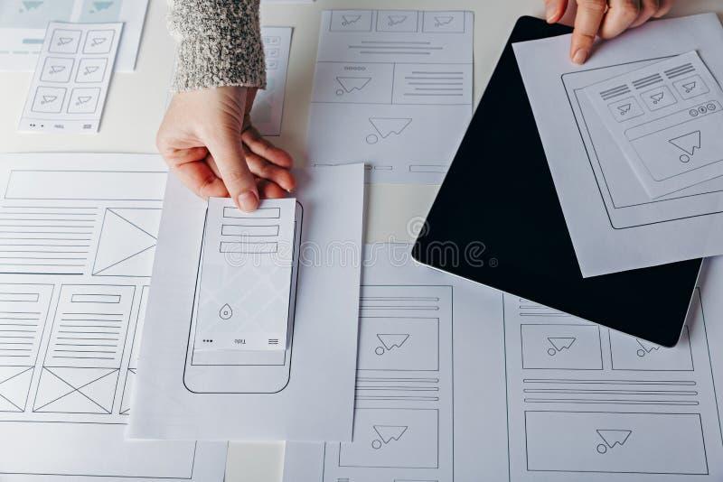 Desenhista da Web que cria o Web site responsivo móvel fotografia de stock