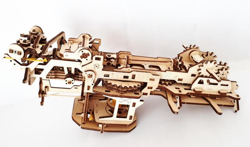 Desenhista de madeira Ugears É um modelo de um carro feito da madeira, feito somente da madeira imagem de stock