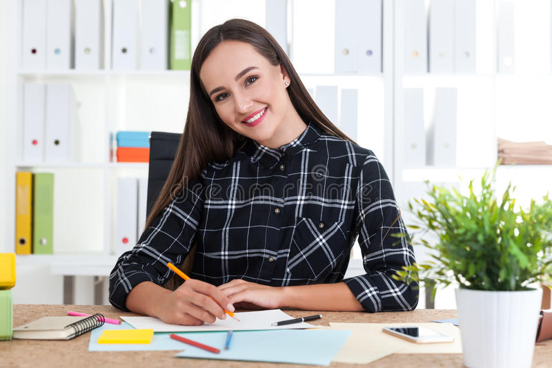 Desenhista de sorriso da mulher fotos de stock royalty free