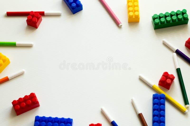 Desenhista do ` s das crianças e marcadores coloridos em um fundo branco foto de stock royalty free