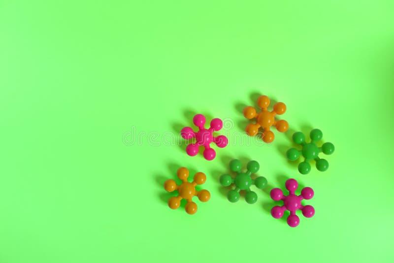 Desenhista do ` s das crianças em um fundo verde sob a forma das moléculas imagem de stock