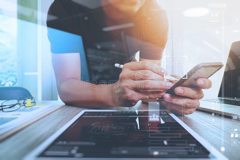 Desenhista do Web site que trabalha o portátil digital da tabuleta e do computador fotos de stock