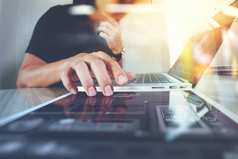 Desenhista do Web site que trabalha o portátil digital da tabuleta e do computador imagem de stock