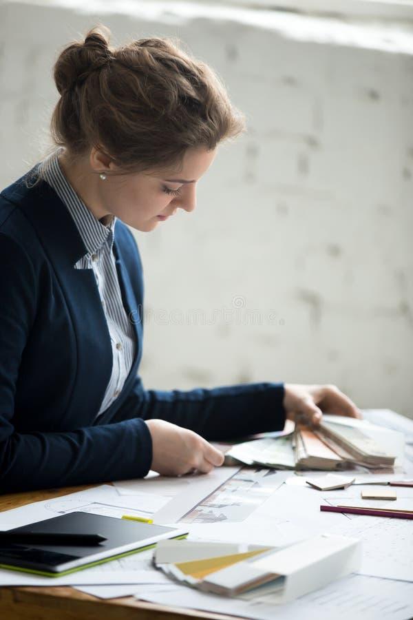 Desenhista fêmea que trabalha com amostras da cor foto de stock royalty free