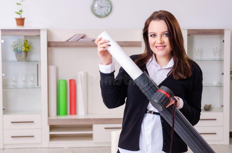 Desenhista fêmea que trabalha no escritório imagens de stock
