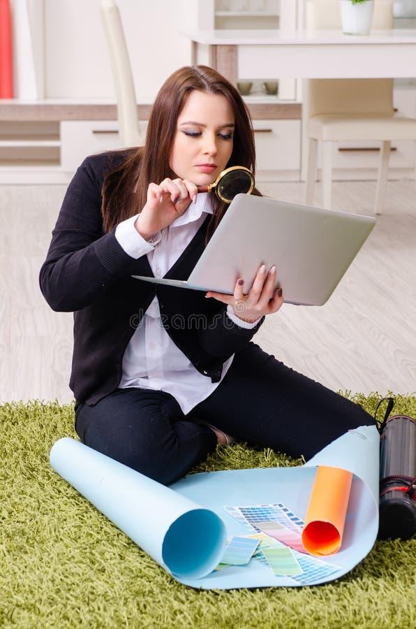 Desenhista fêmea que trabalha no escritório fotos de stock