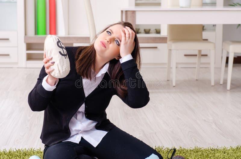 Desenhista fêmea que trabalha no escritório imagem de stock
