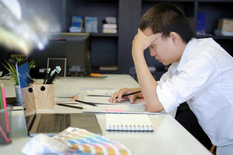 Desenhista forçado frustrante com trabalho no escritório foto de stock