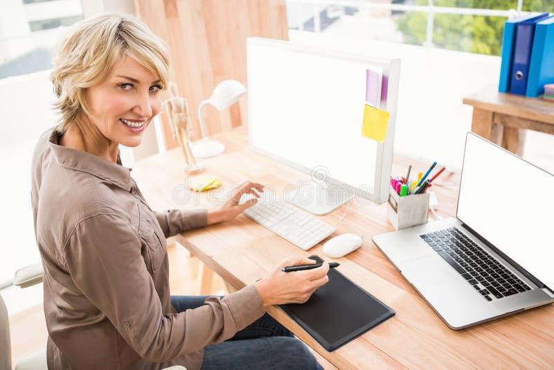 Desenhista ocasional de sorriso que usa o digitador fotos de stock royalty free