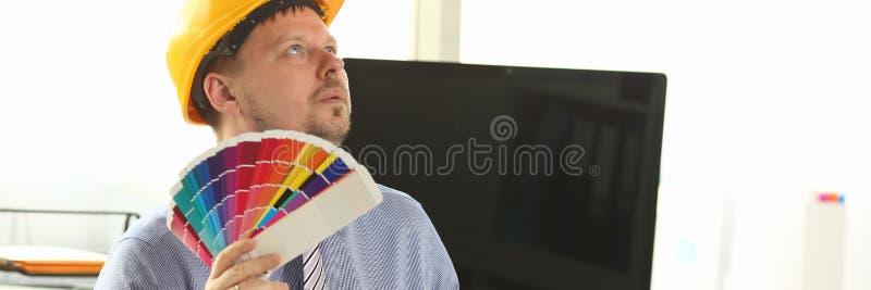 Desenhista sonhador Holding Colour Swatches do arquiteto fotos de stock