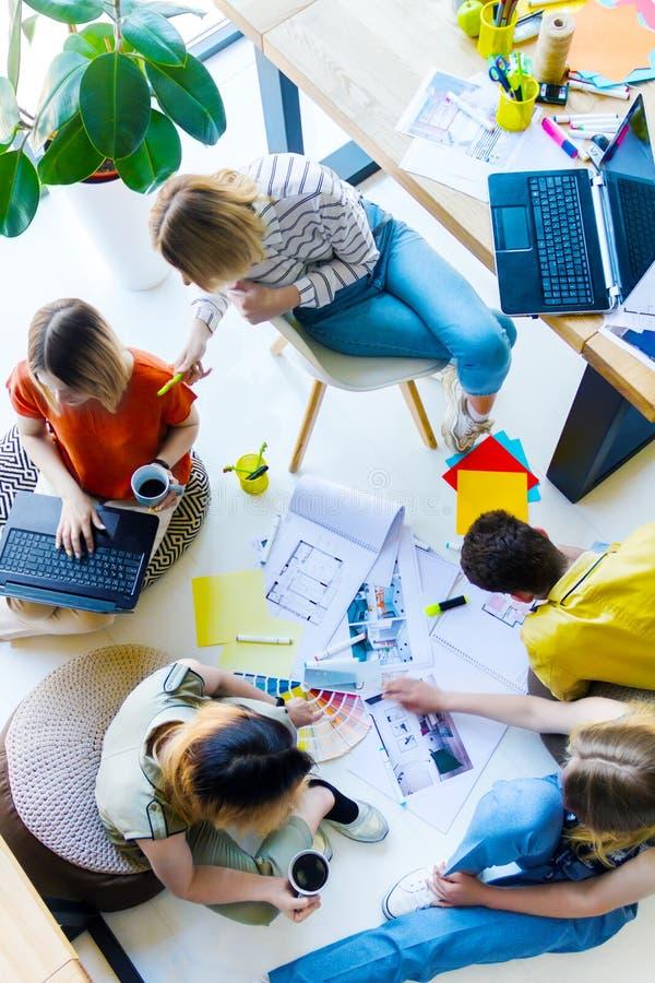 Desenhistas e arquitetos que trabalham no escritório imagens de stock