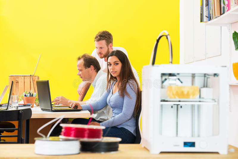 Desenhistas no estúdio da impressão 3D imagem de stock royalty free