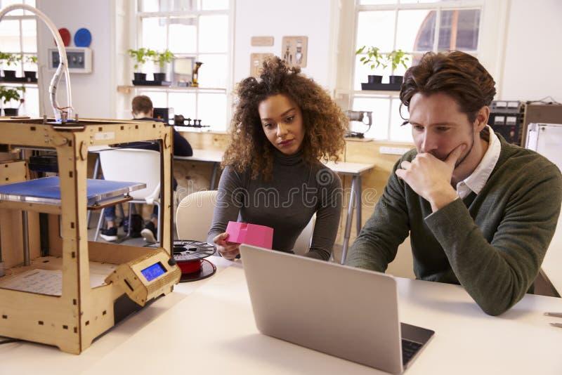 Desenhistas que trabalham com 3D a impressora Refining Design fotografia de stock