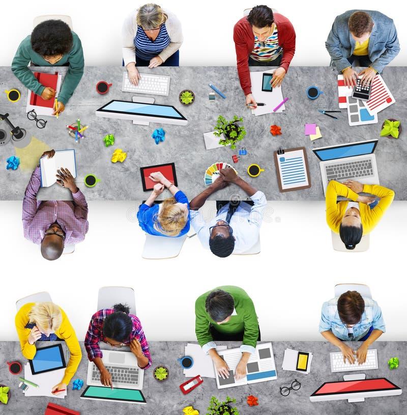 Desenhistas que trabalham na foto e na ilustração do escritório ilustração do vetor