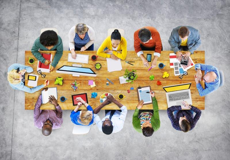 Desenhistas que trabalham na ilustração da foto do escritório ilustração stock