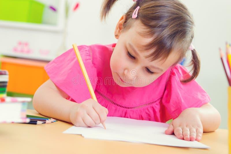Desenho bonito da menina com lápis coloridos fotografia de stock