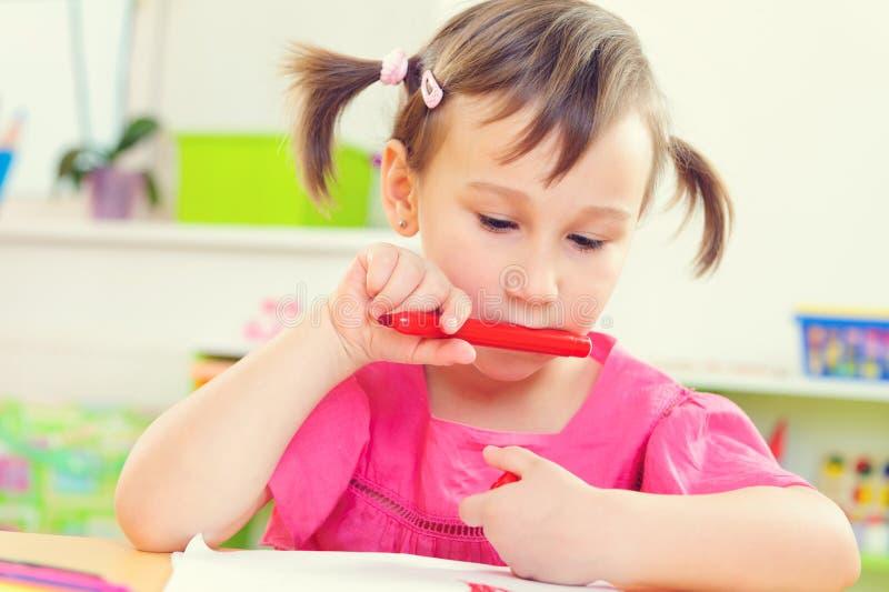 Desenho bonito da menina com lápis coloridos foto de stock royalty free