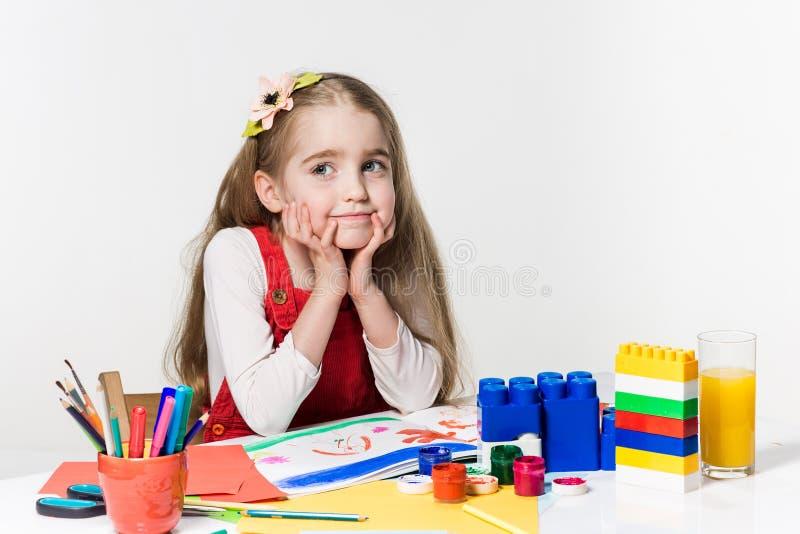 Desenho bonito da menina com pintura e pincel em casa imagens de stock
