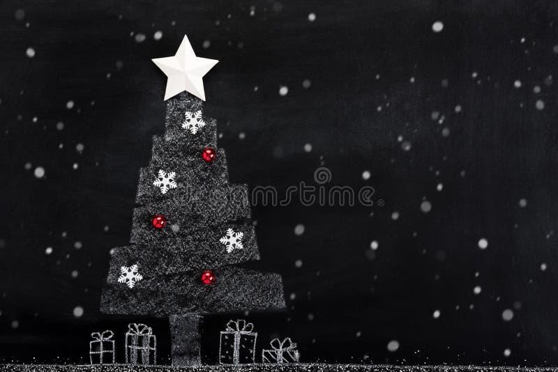 Desenho da árvore do White Christmas com queda de neve no quadro-negro fotografia de stock royalty free