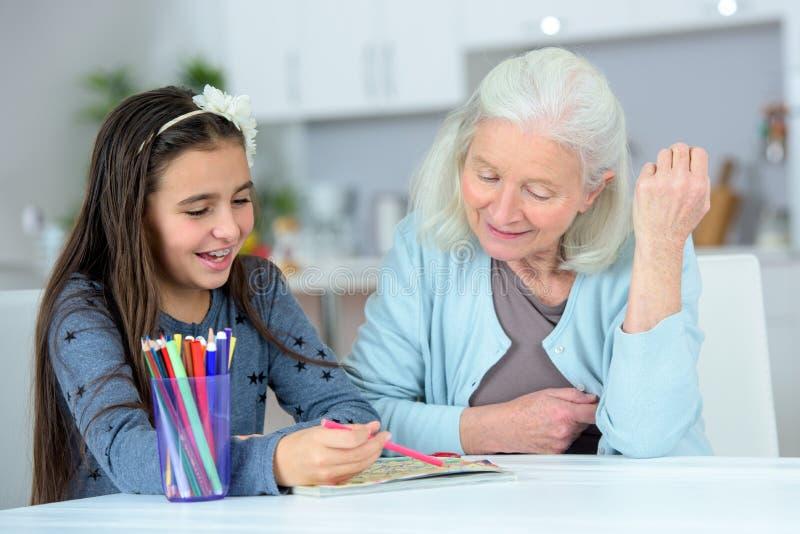 Desenho da avó e da grande-filha fotografia de stock royalty free