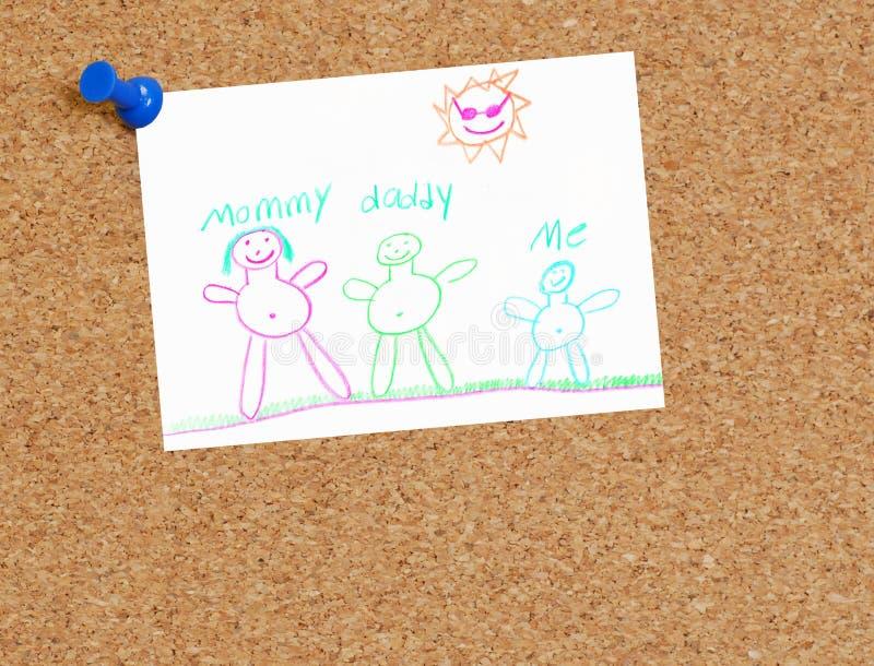 Desenho da família da criança na placa da cortiça foto de stock royalty free