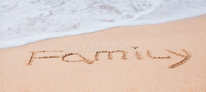 Desenho da família na areia em uma praia tropical imagens de stock