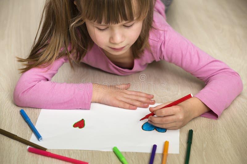 Desenho da menina da crian?a com cora??o colorido dos past?is dos l?pis no Livro Branco Educa??o da arte, conceito da faculdade c imagem de stock royalty free