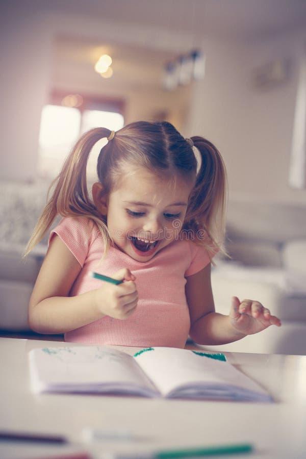 Desenho da menina e emoção positiva expressivo foto de stock